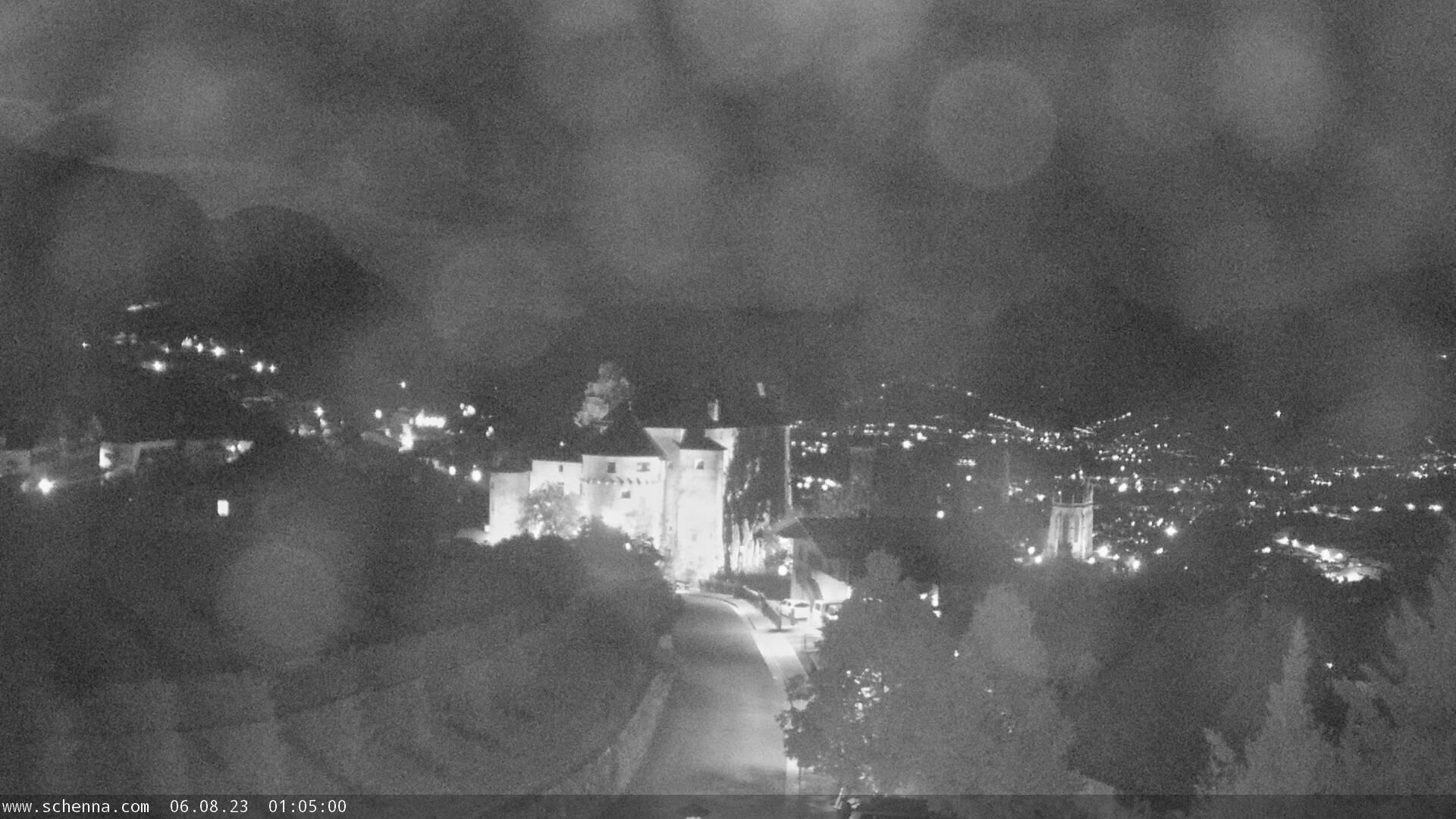 Blick auf Schloss Schenna, im Hintergrund das Etschtal