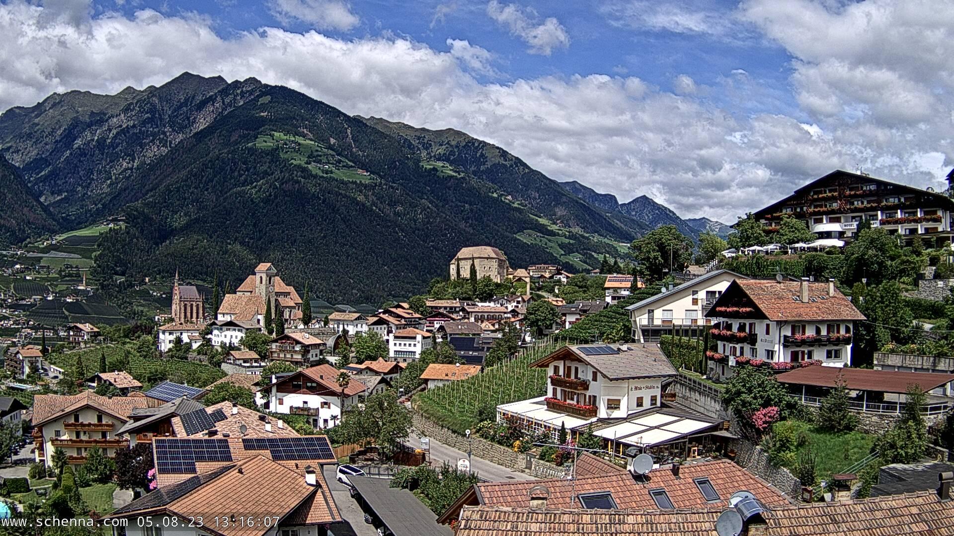 Blick auf das Dorfzentrum, im Hintergrund Hahnenkamm